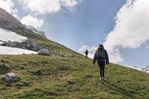 Spain, Asturias, Somiedo, couple hiking in mountains — Stock Photo