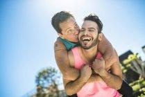 Retrato de feliz pareja gay al aire libre - foto de stock