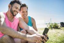 Couple gay prenant selfie — Photo de stock