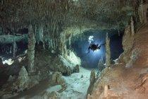 Cave diver nel sistema Tux Kubaxa — Foto stock