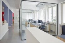 Interno di ufficio luminoso moderno con computer — Foto stock