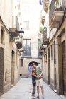 Щаслива пара в любові, стоячи на алеї — стокове фото