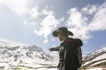 Uomo escursioni in montagna puntando il dito, Spagna, Asturie, Somiedo — Foto stock