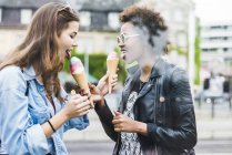 Dos mejores amigos comiendo helado juntos - foto de stock