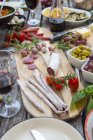 Variété d'antipasti méditerranéenne sur table — Photo de stock