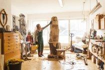 Sculpteur sur bois en atelier de travail sur la sculpture — Photo de stock