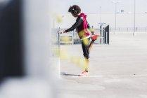 Junge Frau, die Dehnung auf Parkplatz — Stockfoto