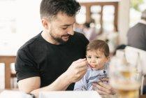 Mann seinen kleinen Sohn Fütterung — Stockfoto