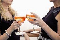 Дві жінки, тостів з aperitive, великим планом — стокове фото