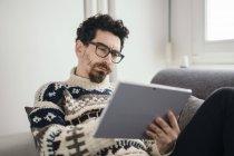 Портрет задумчивого человека с помощью цифрового планшета — стоковое фото