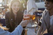 Молодые женщины сидят в баре и пьют аперитив — стоковое фото