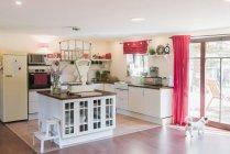 Offene Küche mit Waage auf dem Küchentisch — Stockfoto