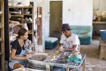 Мужчина и женщина в мастерской работают на керамика — стоковое фото