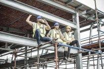 Будівельних робітників наявність перерву на Ліси будівельні — стокове фото