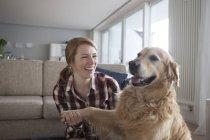 Жінка холдингу лапу собака — стокове фото