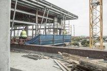 Due operai di costruzione sul cantiere — Foto stock