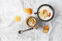 Iogurte com ameixas e inchado durante toda a refeição trigo mourisco — Fotografia de Stock