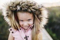 Carino caucasico bambina avendo divertimento in lungo verde erba — Foto stock