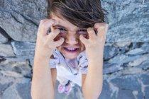 Retrato de linda niña enojada caucásica - foto de stock