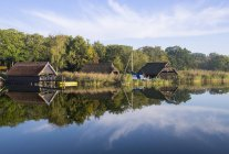 Germany, Fischland-Darss-Zingst, Prerow, Prerowstrom, fishing huts over water — стоковое фото