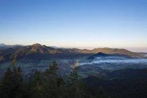 Verließ Deutschland, Oberbayern, Blick vom Geierstein auf Isartal mit Lenggries, Brauneck und richtige Zwiesel und Blomberg — Stockfoto