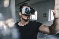 Man wearing virtual reality glasses — Stock Photo