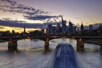 Malerische Aussicht auf Frankfurt A.m. Stadtansicht bei Dämmerung, Deutschland, Europa — Stockfoto