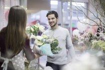Mann im Blumenladen Blumen kaufen — Stockfoto