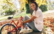 Портрет красива молода жінка в парку — стокове фото