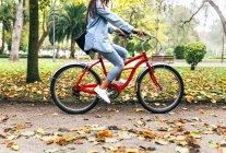 Обрезанное изображение молодой женщины на велосипеде в парке — стоковое фото