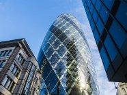 Reino Unido, Londres, City of London, vista a 30 St Mary Axe en el distrito financiero - foto de stock