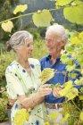 Moyenne de confiance couple de personnes âgées au jardin — Photo de stock
