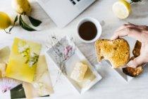 Рука людини проведення покусав тост, великим планом — стокове фото
