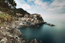 Italia, Liguria, Manarola e falesia sull'acqua — Foto stock