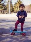 Портрет маленький хлопчик з скейтборд — стокове фото