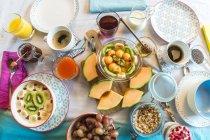 Posato il tavolo della colazione con muesli e frutta — Foto stock