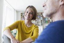 Портрет усміхається жінка з хлопцем у вітальні — стокове фото
