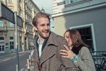 Felice giovane coppia che cammina per strada — Foto stock
