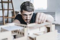 Крупный план архитектора, работающего над архитектурной моделью — стоковое фото