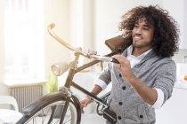Улыбающийся человек, перевозящих велосипедов — стоковое фото