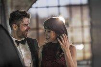 Усміхнене пара носіння елегантний одяг — стокове фото