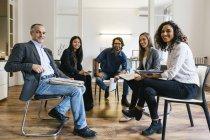 Ділових людей, що мають команди засідання в офісі — стокове фото
