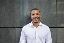 Портрет улыбающегося бизнесмена в белой рубашке — стоковое фото