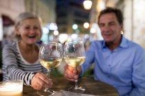 Coppia senior bere vino in un bar all'aperto — Foto stock