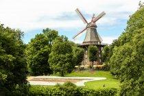 Німеччина, Бремен, вітер старого млина в парку — стокове фото