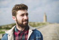 Portrait de jeune homme aux cheveux châtains et barbe — Photo de stock