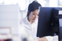 Chinesischen Büroangestellten im Firmenkundengeschäft arbeiten — Stockfoto
