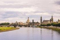Deutschland, Sachsen, Dresden, Altstadt mit Elbe Fluss im Vordergrund — Stockfoto