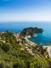 Panoramica vista sul mare con vista di città costiera, Sicilia, Italia — Foto stock