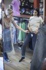 Donna che prova i jeans nel negozio di abbigliamento — Foto stock